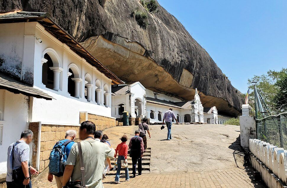 ダンブッラ寺院の見学を終えて、道を戻る