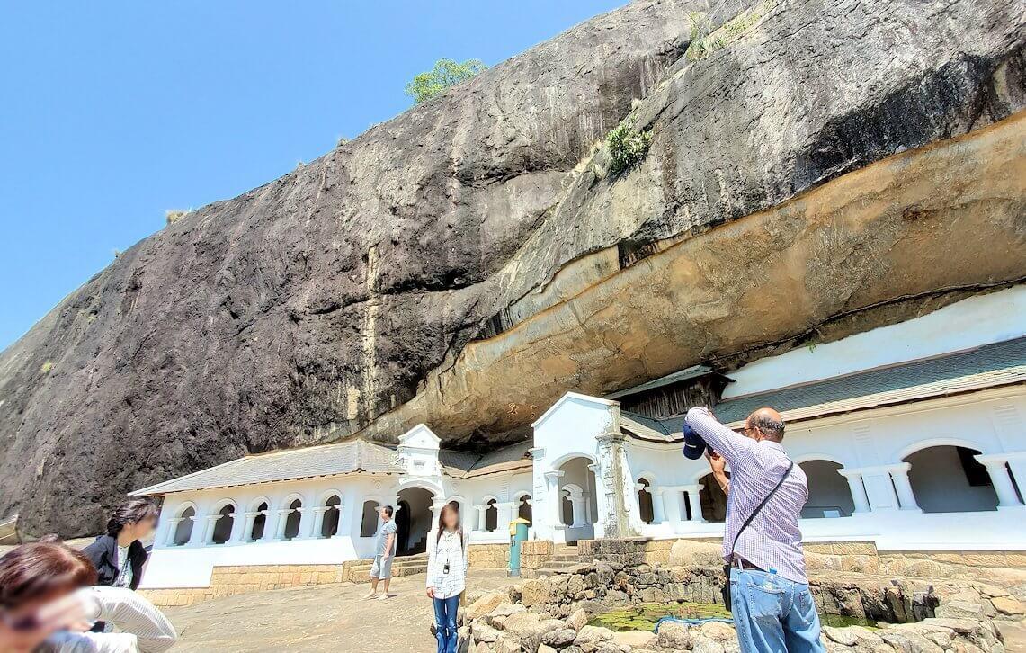 ダンブッラ寺院の見学を終えて、道を戻る途中で記念撮影