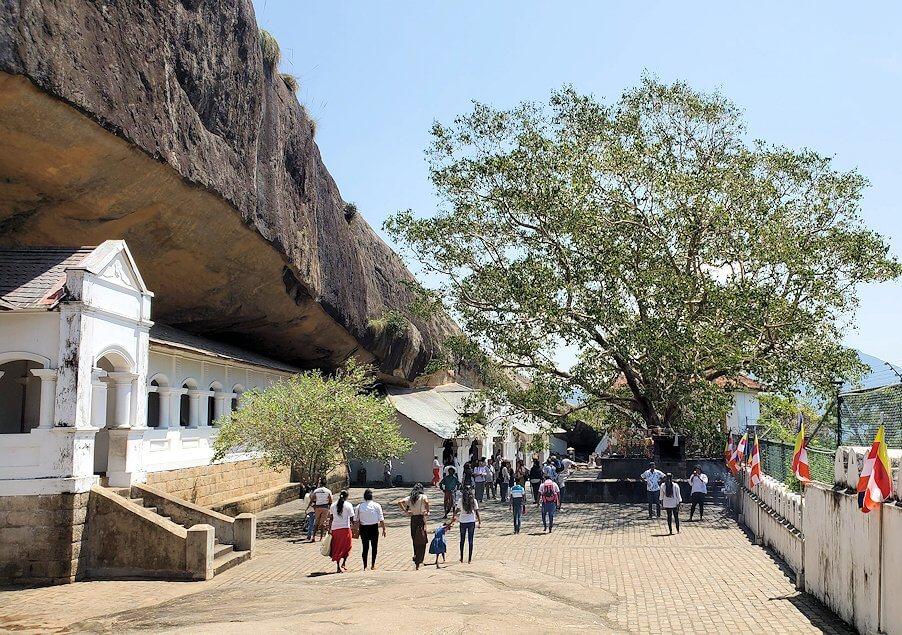 ダンブッラ寺院の見学を終えて、道を戻る途中にて