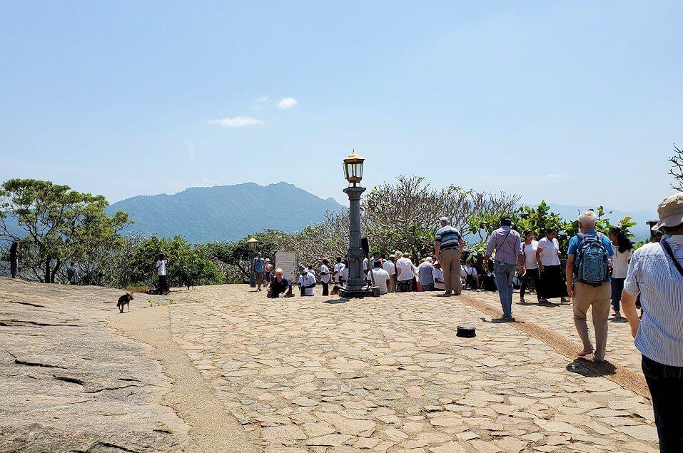 ダンブッラ寺院の見学を終えて、道を戻って入口に戻る