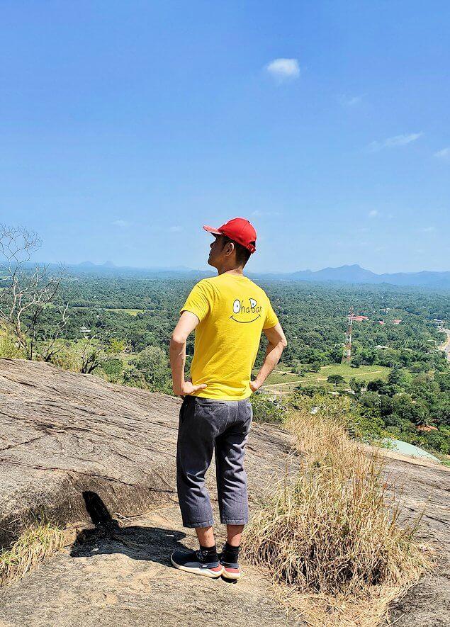 ダンブッラ寺院の見学を終えて、坂を降りて行く途中に見えたシギリヤロックをバックに記念撮影