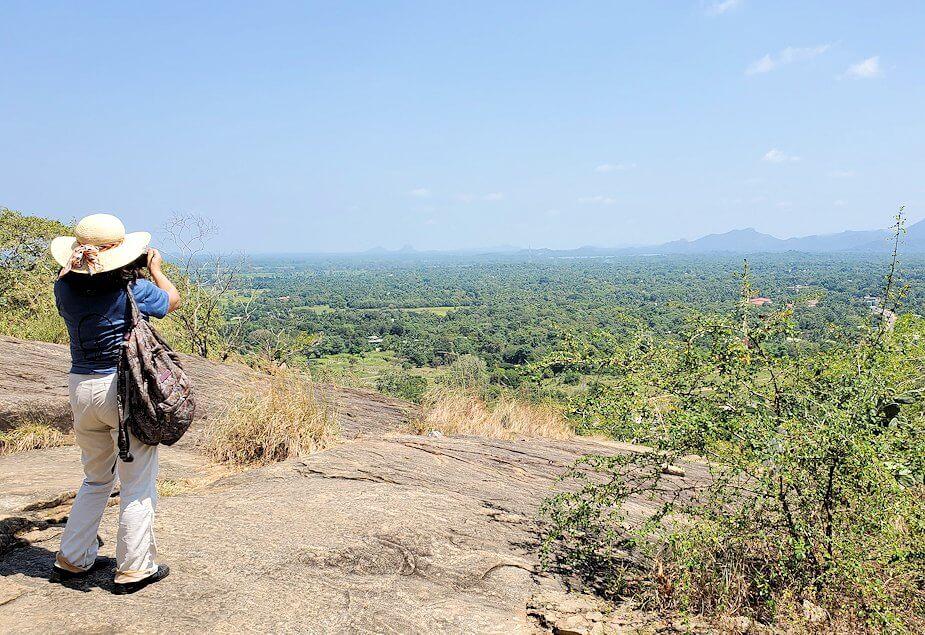ダンブッラ寺院の見学を終えて、坂を降りて行く途中に見えたシギリヤロックを撮影する
