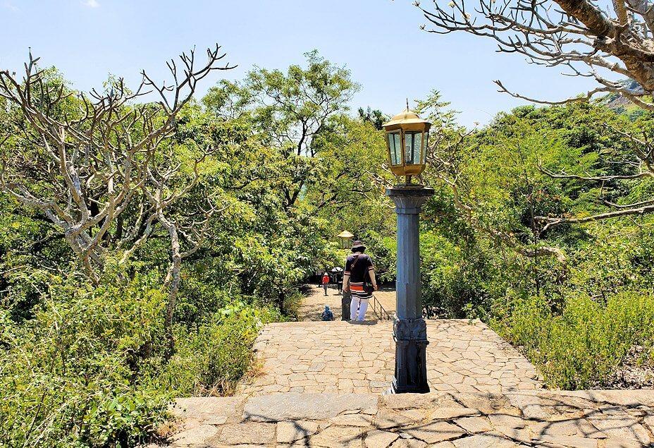ダンブッラ寺院の見学を終えて、坂を降りて行く途中