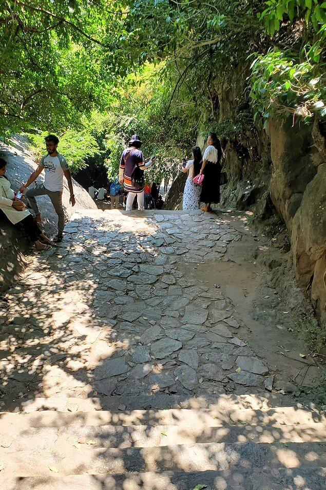 ダンブッラ寺院の見学を終えて、坂を降りて行く途中-2