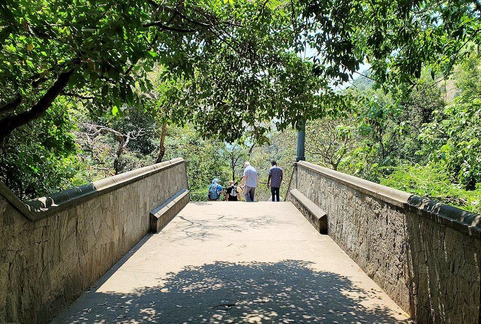 ダンブッラ寺院の見学を終えて、坂を降りて行きます