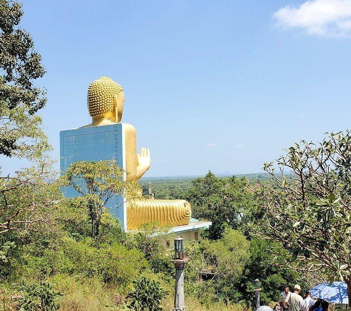 ダンブッラ寺院の見学を終えて、坂を降りて行く途中に見えてきた黄金の仏像