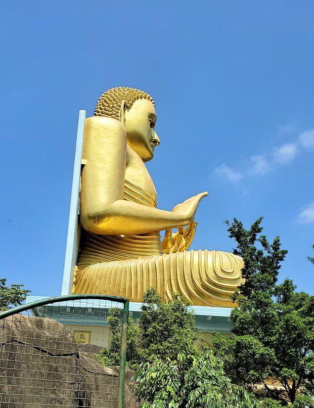 ダンブッラ寺院の見学を終えて、坂を降りて行く途中に見えてきた黄金の仏像の横