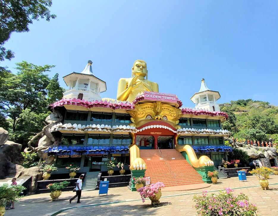 ダンブッラ寺院の見学を終えて、坂を降りて行く途中に見えてきた黄金の仏像がある建物-2