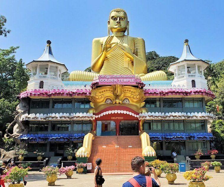 ダンブッラ寺院近くにある、黄金に輝く仏陀の像