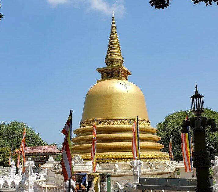 ダンブッラ寺院の見学を終えて、下にあった黄金の仏塔