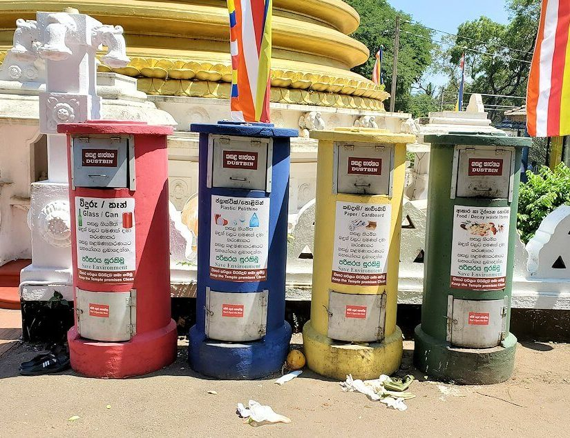 ダンブッラ寺院の見学を終えて、下にあった黄金の仏塔付近にあるゴミ箱