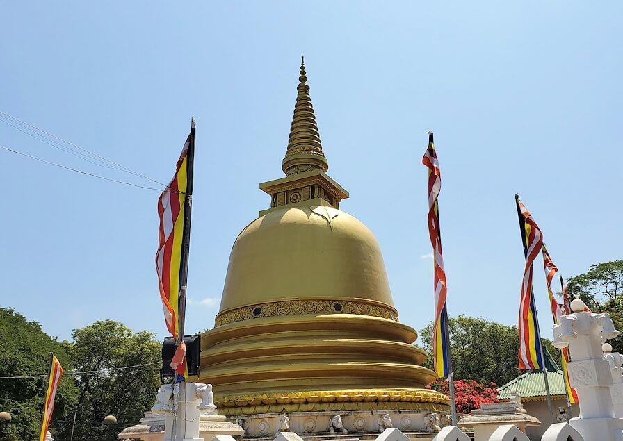 ダンブッラ寺院の見学を終えて、下にあった黄金の仏塔-2
