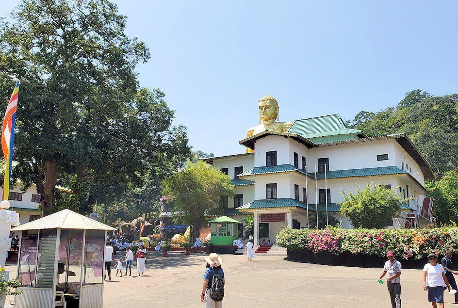 ダンブッラ寺院の見学を終えて、下にあった寺院