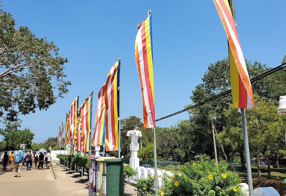 ダンブッラ寺院の見学を終えて、下にあった寺院広場にある仏旗