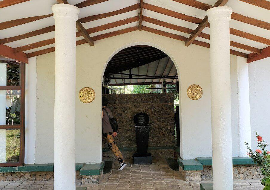 ダンブッラ寺院の見学を終えて、近くのレストランの入口
