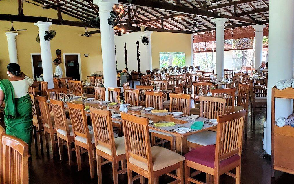 ダンブッラ寺院の見学を終えて、近くのレストランの食事会場