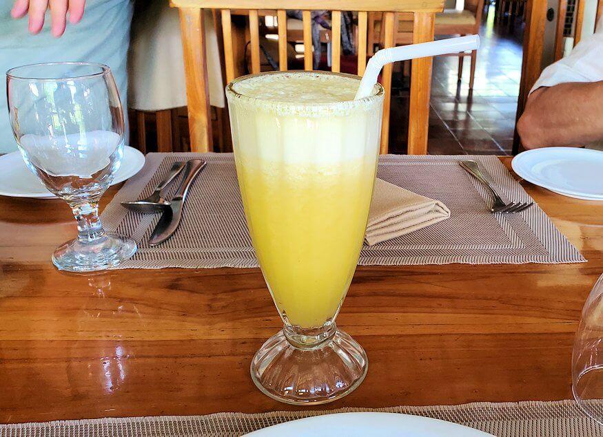 ダンブッラ寺院近くのレストランでの食事と共にパイナップルジュースを飲む