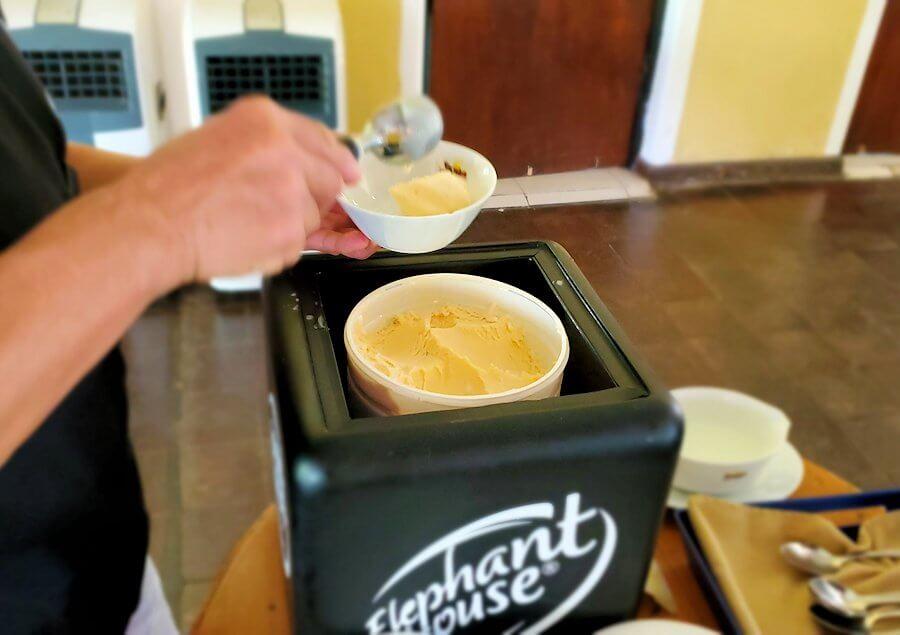 ダンブッラ寺院近くのレストランで一番人気のアイスクリーム