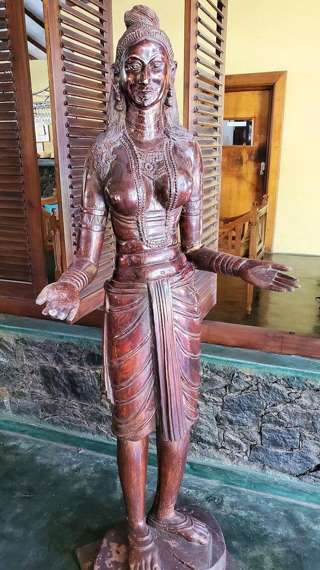 ダンブッラ寺院近くのレストランにあった像