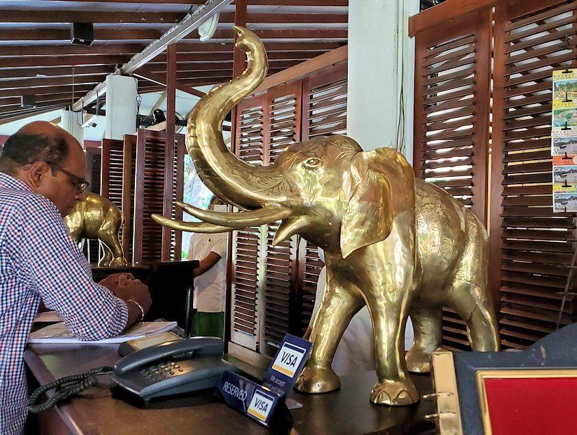 ダンブッラ寺院近くのレストランにあった黄金のゾウの像