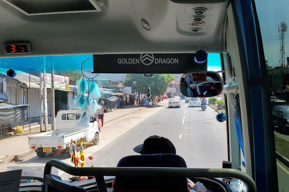 ダンブッラ寺院近くからキャンディへと移動するバス