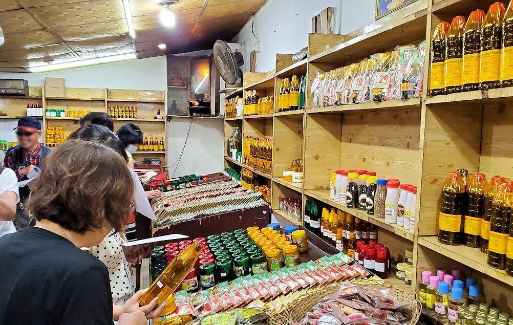 「Luck Grove Spice Garden」でお買い物タイムに熱心に商品に見入る人達