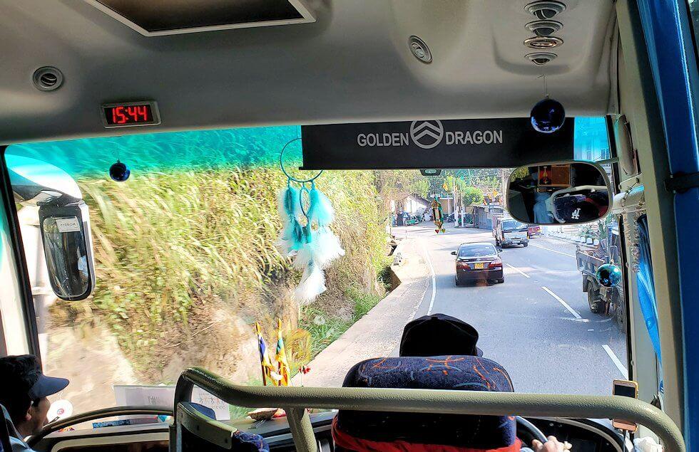 キャンディの街へと向かうバス車内の景色
