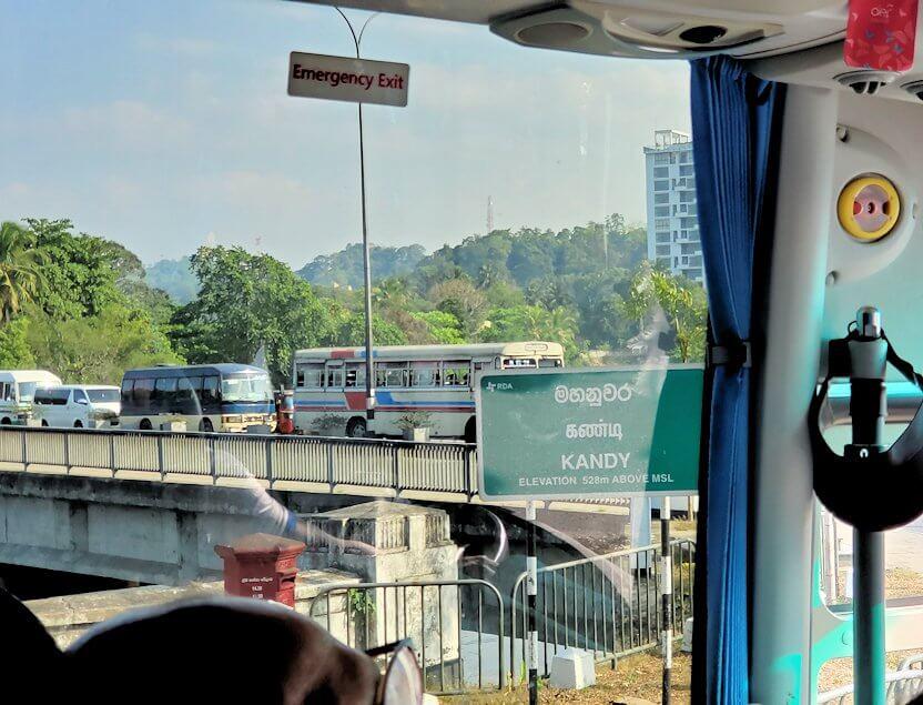 キャンディの街へと向かうバス車内から見えた景色-2