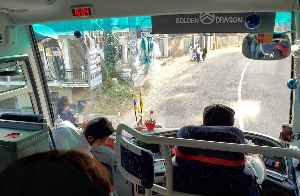 キャンディの街へと向かうバス車内から見えた、キャンディの街の景色