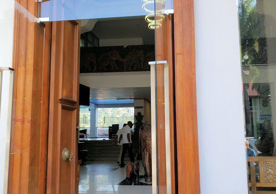 キャンディの街でホテル【Royal Kandyan】の入口