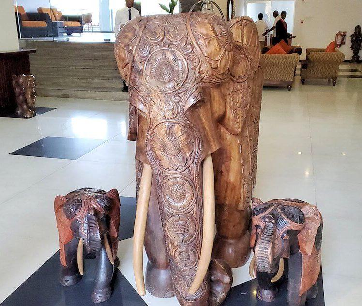 ホテル【Royal Kandyan】の入口に置かれていたゾウの置物