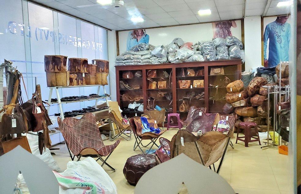 これから寄る「Silk Gardens PVT LTD.」という服のお土産屋さんの入口-2
