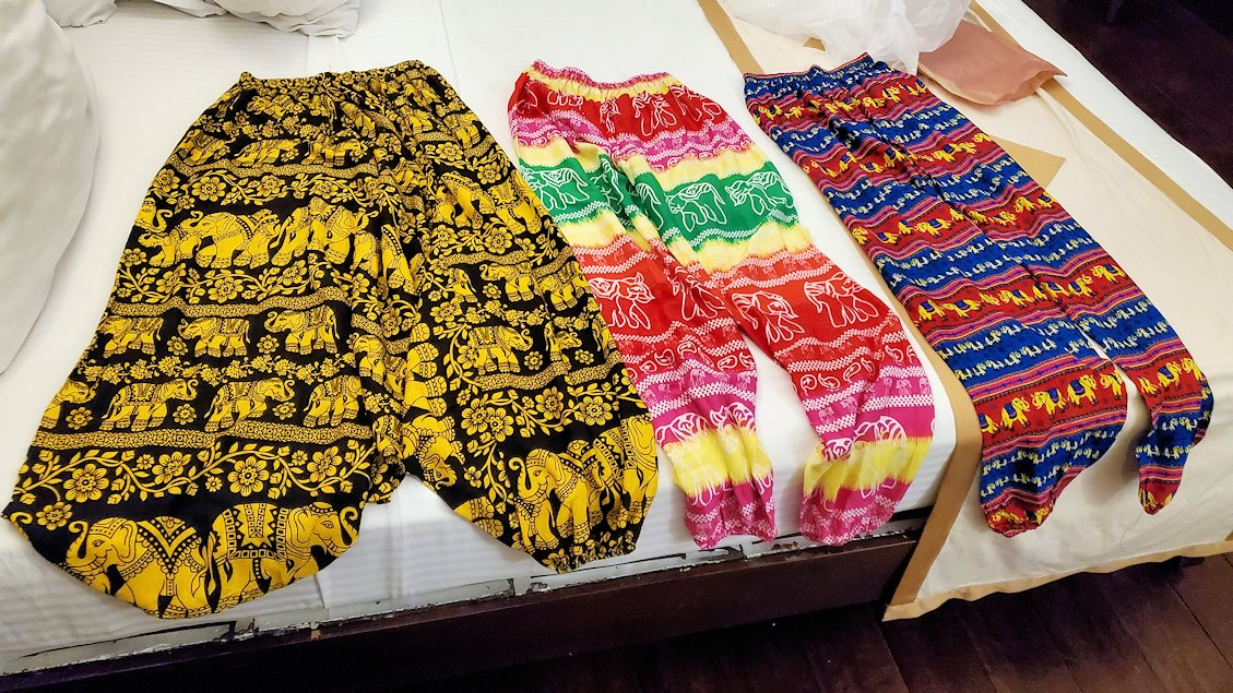 キャンディの街にあるシルク生地の専門店の店内で、購入したズボン