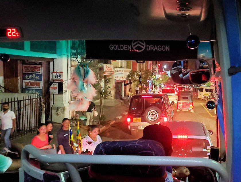 暗くなったキャンディの街を走るバスからの景色