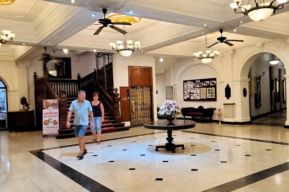 キャンディの街の中心部にある「クイーンズ・ホテル(Queens Hotel)」のロビー