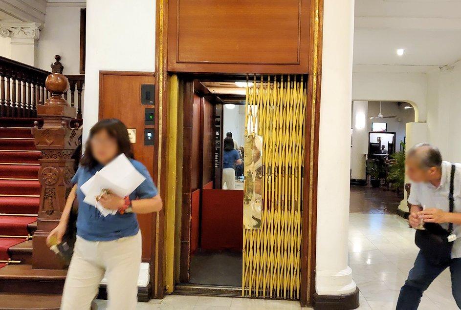 キャンディのクイーンズホテル(Queens Hotel)にある、レトロなエレベーター