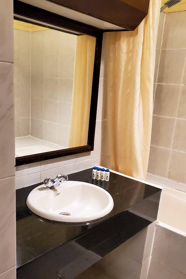 キャンディのクイーンズホテルの部屋内の洗面所