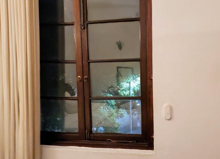 キャンディのクイーンズホテルの部屋内の窓ガラス