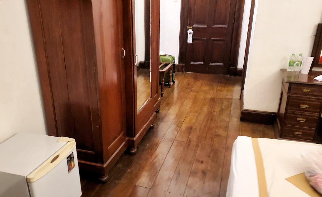 キャンディのクイーンズホテルの部屋内の軋む床