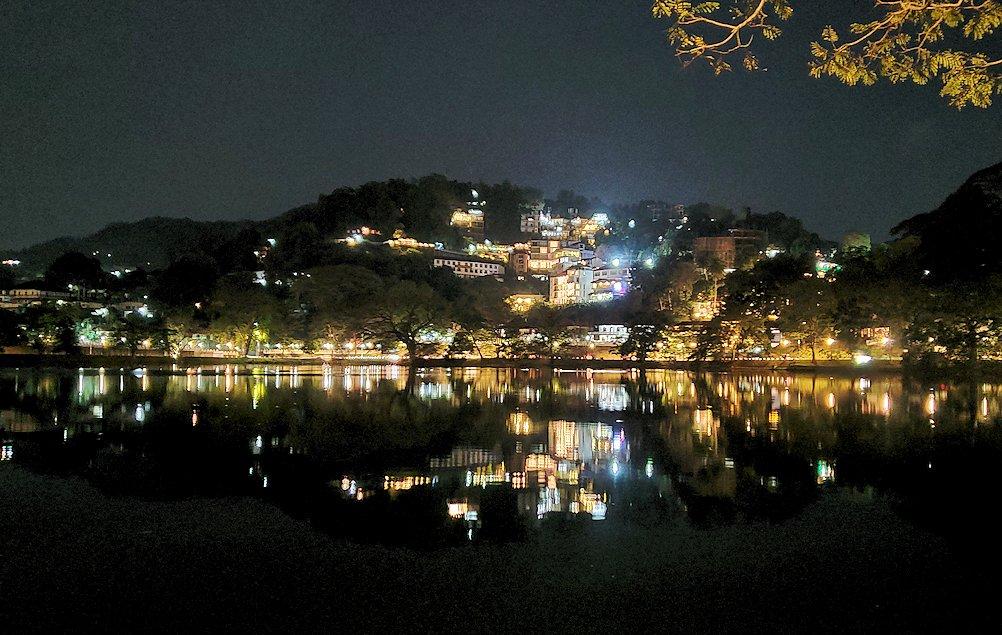 夜のキャンディのクイーンズホテル周辺の湖の夜景
