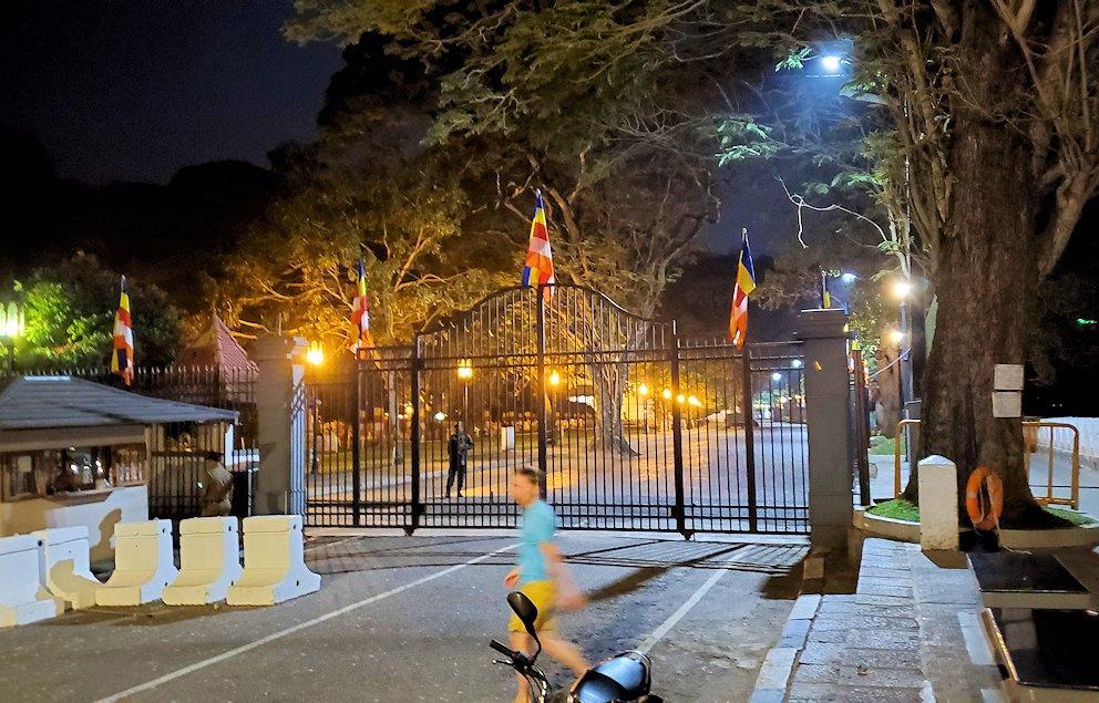 夜の仏歯寺の門