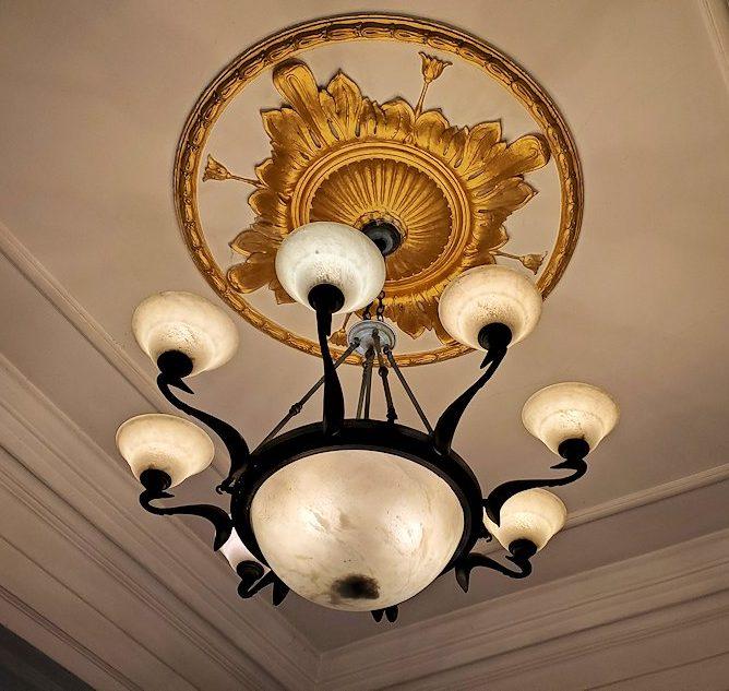 キャンディのクイーンズホテル・ロビーの天井ランプ