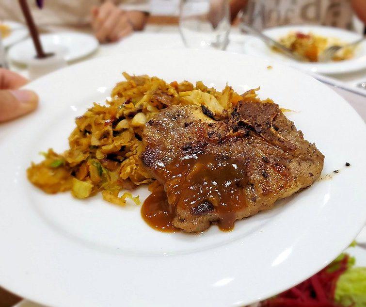 クイーンズホテルのレストラン会場での夕食で、ラム肉を食べます