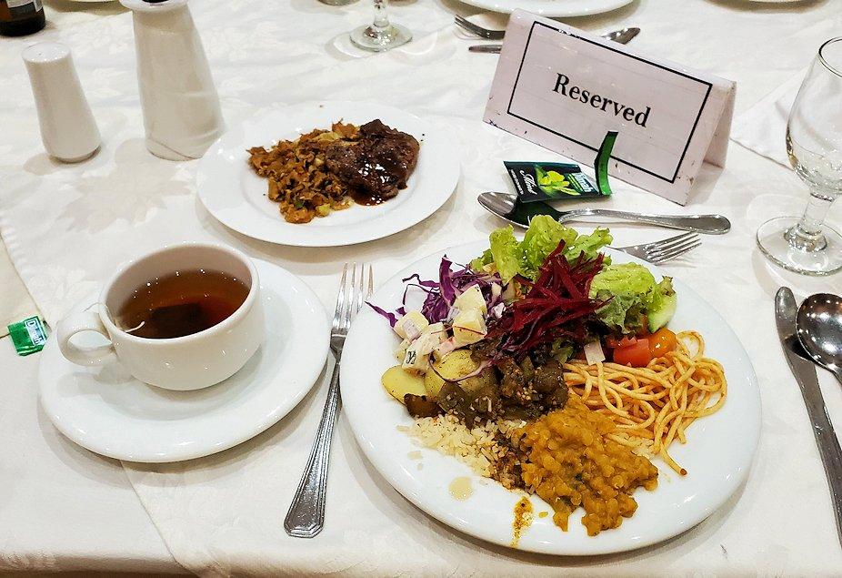 クイーンズホテルのレストラン会場での夕食-2