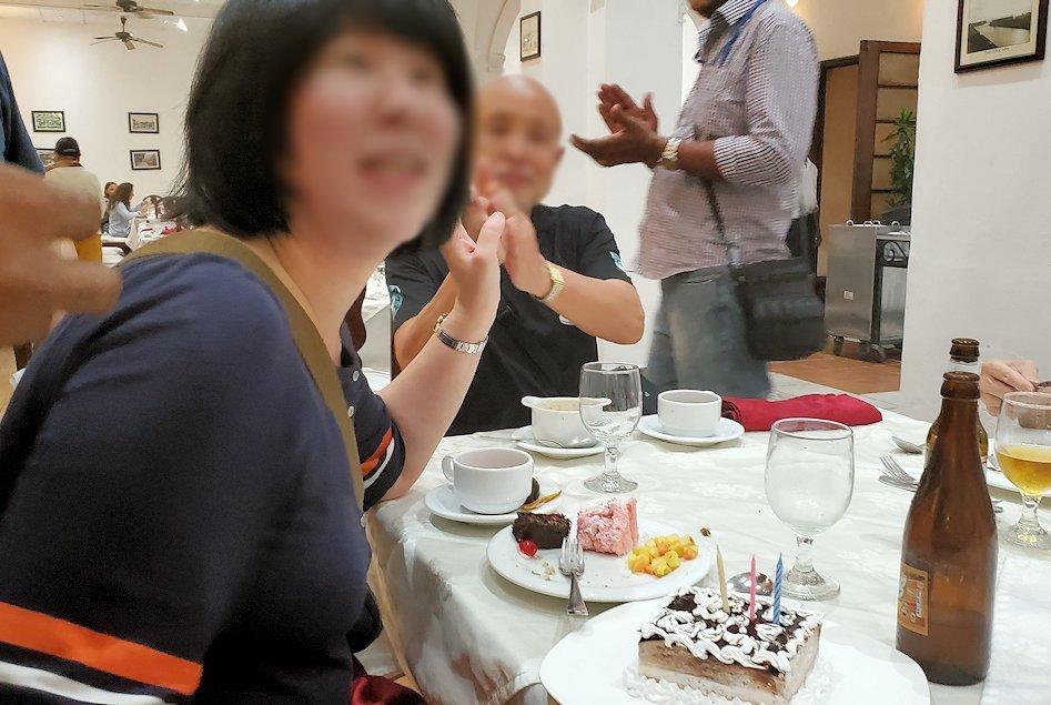 クイーンズホテルのレストラン会場で誕生日を祝ってもらう女性