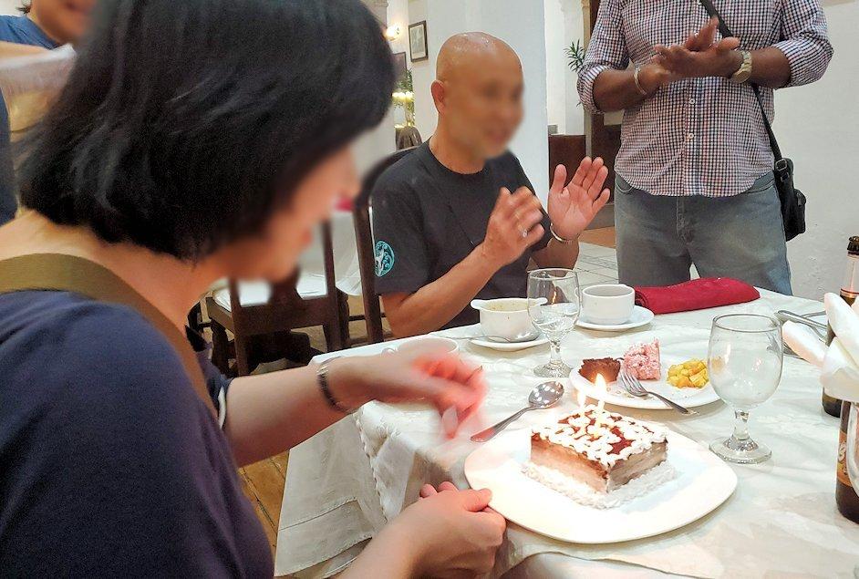 クイーンズホテルのレストラン会場で誕生日を祝ってもらう女性-2