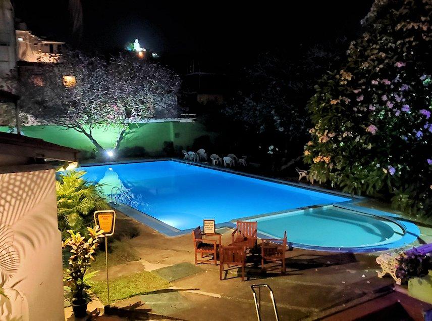 夜にライトアップされているクイーンズホテルのプール