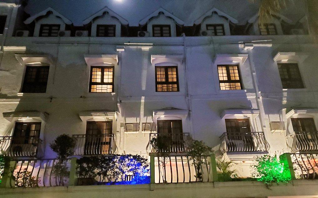 夜にクイーンズホテルの外観
