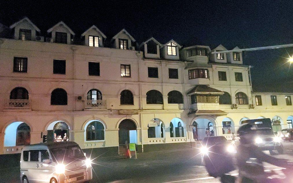 夜にクイーンズホテルの外観-2