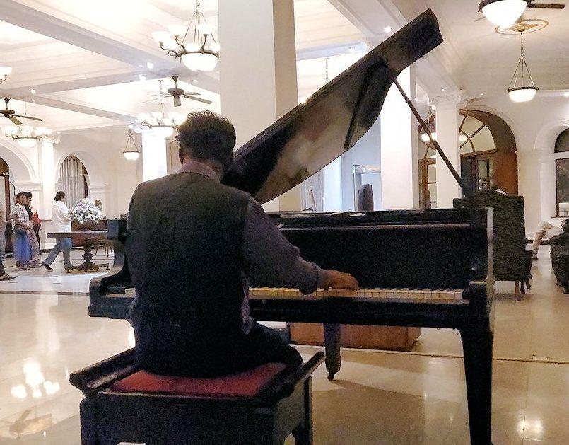 クイーンズホテルでピアノ演奏してくれる、現地のオジサン